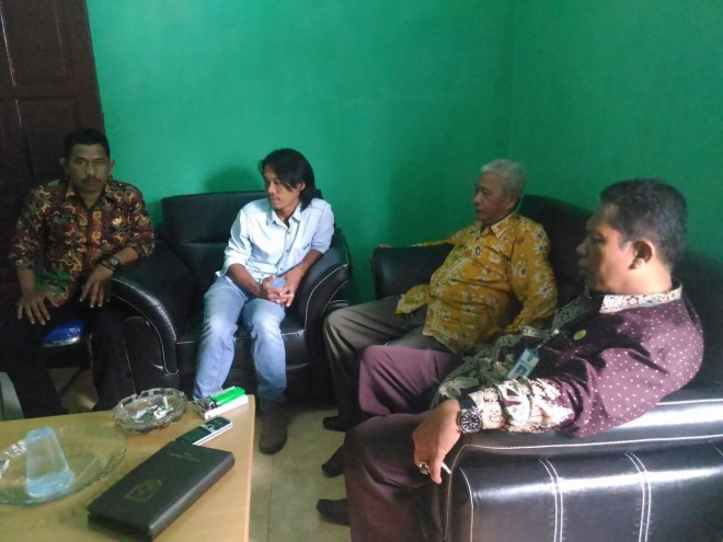 Camat Danau Sipin Raden Jufri bersama dengan Lurah Selamat, Hefni dan penganggung Jawab pekerjaan dari pihak PT Lintas Arta Andi Suwandi di kantor Camat saat untuk membuat surat pernyataan.