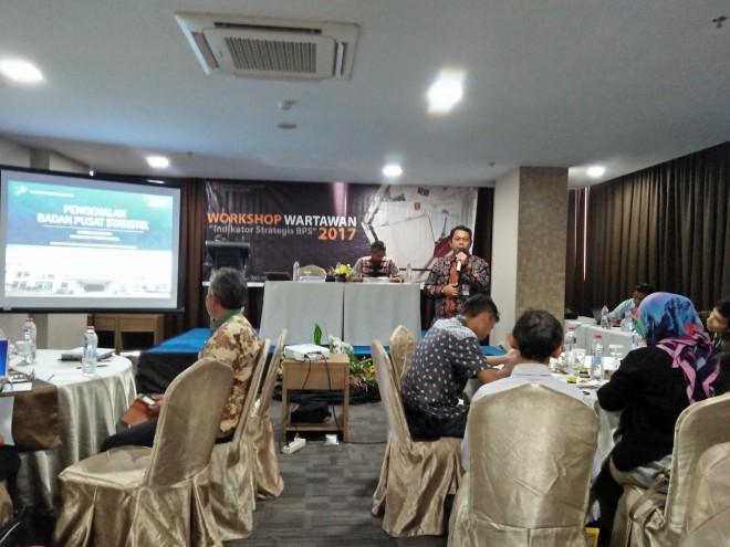 Kepala BPS Jambi saat memberi Meteri di Acara Workshop Wartawan 2017