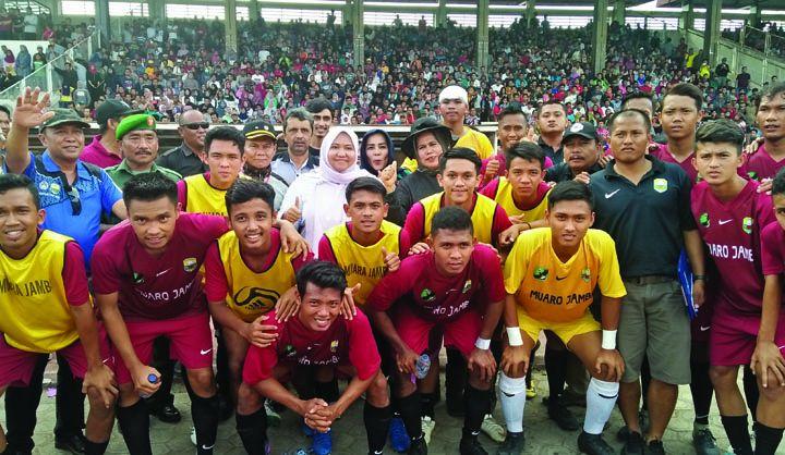 Bupati Muaro Jambi Masnah saat foto bersama pemain PS Muarojambi