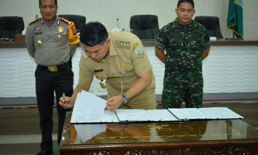 Walikota Jambi bersama Polresta Jambi serta Kodim 0415/Batanghari menandatangani naskah perjanjian hibah daerah (NPHD) dana pengamanan pilkada, di Ruang Pola Walikota Jambi. (Foto  Jambi Star/Endang)