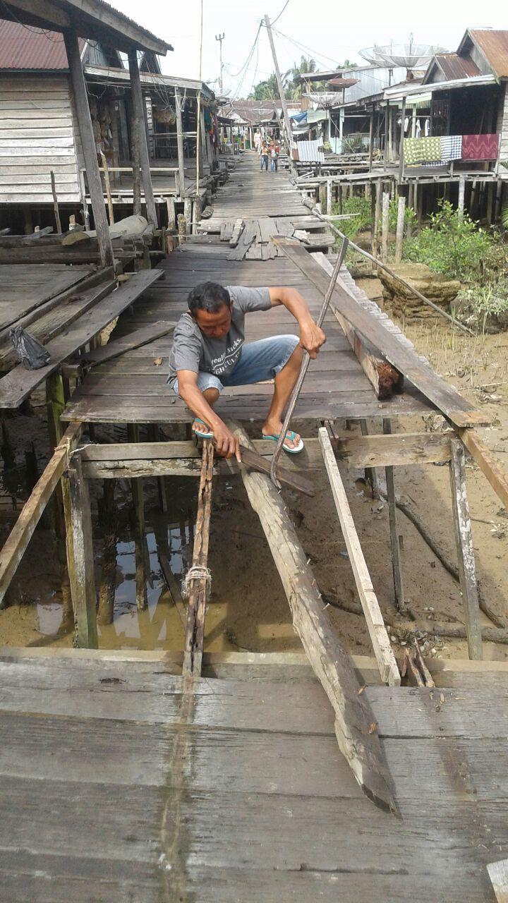 Kondisi Jalan Jembatan Parit 6 Kampung Laut yang Memprihatinkan