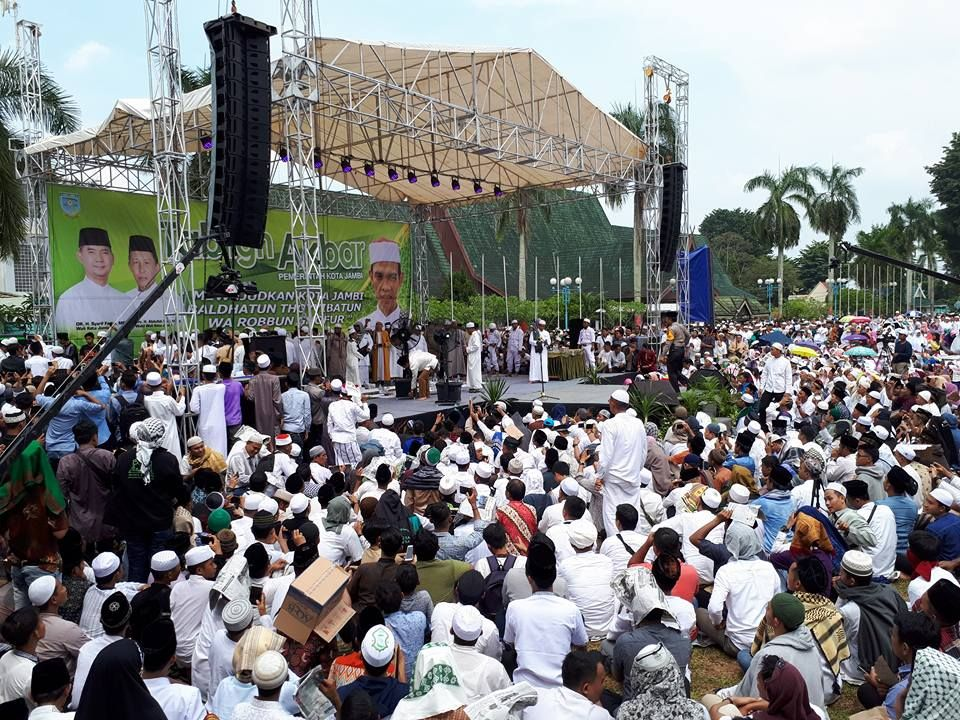 Ribuan masyrakat Kota Jambi menyaksikan ceramah ustad Abdul Somad dilapangan Kantor Walikota Jambi
