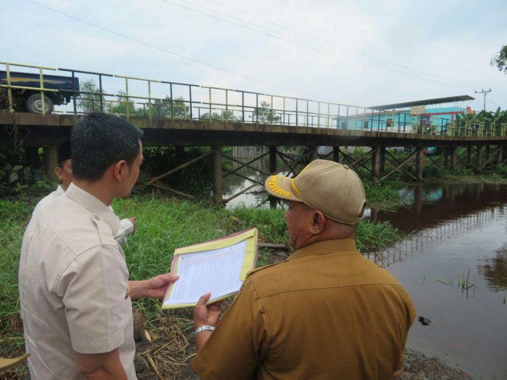 Gubernur Jamb saat meninjau jembatan besi di Desa Teluk Nilau Kecamatan Bram Itam Tanjung Jabung Barat..