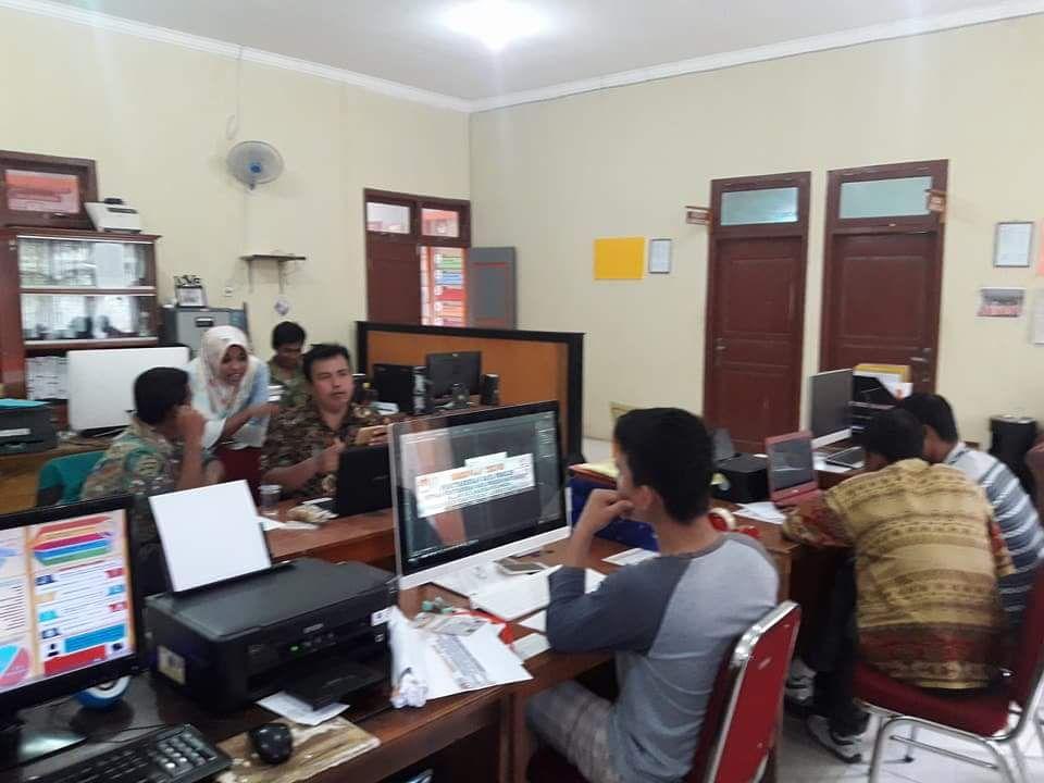 Sejumlah PPK dan PPS melakukan pemetaan TPS di Sekertariat KPUD Sarolangun. (dok KPUD Sarolangun)