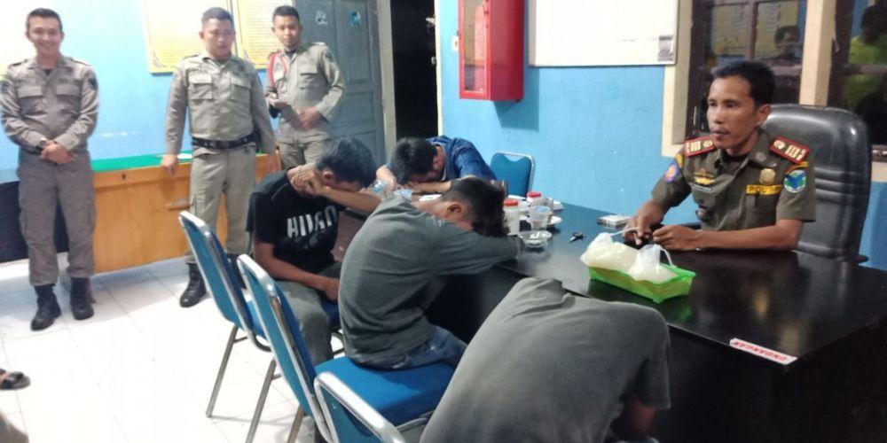 Empat pemuda tanggung terpaksa digiring Anggota Satpol PP Batanghari.