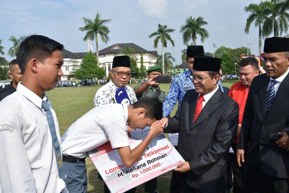 Peringatan Hari Pendidikan Nasional dan Peringatan Hari Otonomi Daerah ke-22 Tingkat Provinsi Jambi, bertempat di Lapangan Depan Kantor Gubernur Jambi, Rabu (2/5),