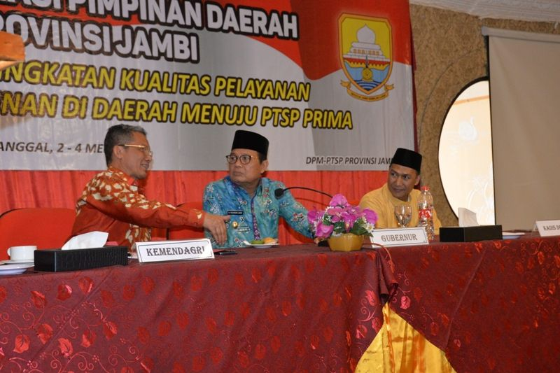 Membuka Rapat Koordinasi Pimpinan Daerah Se Provinsi Jambi dalam rangka peningkatan kualitas pelayanan perizinan dan nonperizinan didaerah menuju PTSP Prima di Hotel Abadi Grand Jambi,  Kamis (3/5/18).