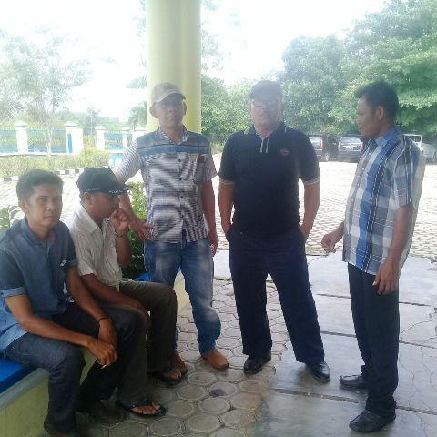 Perwakilan warga Lubuk Sayak saat mendatangi kantor Inspektorat Sarolangun, baru-baru ini