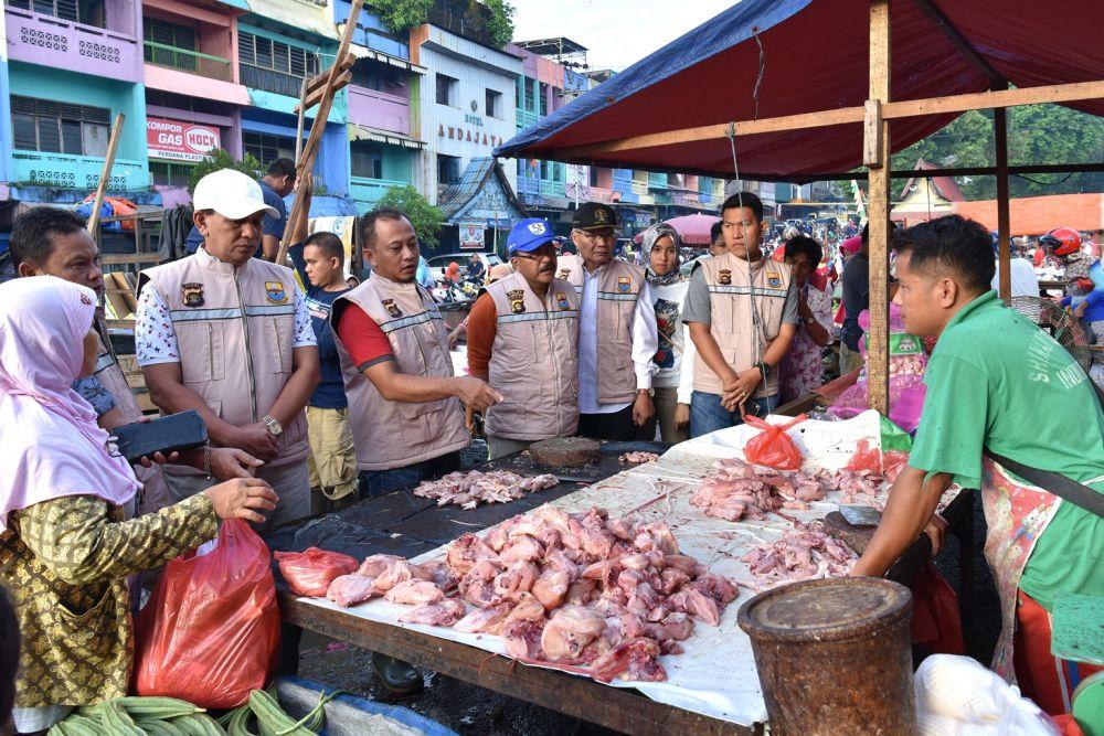 Satgas Pangan dipimpin Sekretaris Daerah (Sekda) Provinsi Jambi M. Dianto, Minggu pagi (13/5) melakukan sidak ke Pasar tradisional Angso Duo, terkait kenaikan beberapa harga Kebutuhan pokok menjelang puasa.