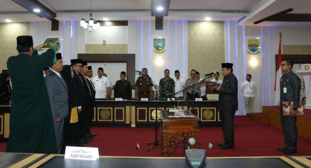 Plt Gubernur Jambi Fachrori Umar saat melantik lima anggota Komisioner Komisi Informasi Provinsi (KIP) masa jabatan 2018-2022 di ruang pola kantor gubernur Jambi, Rabu (23/5). (foto : Endang Haryanto)