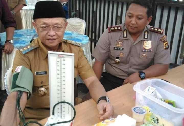 Petugas medis RSUD Chatib Quzwein periksa tensi darah Bupati H Cek Endra