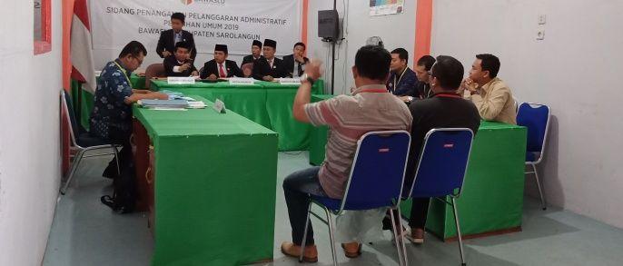 Sidang dugaan pelanggaran administratif Pemilu digelar di Bawaslu Sarolangun pada Kamis 18 Oktober 2018 dengan agenda pembuktian dan mendengarkan keterangan saksi dari pihak pelapor