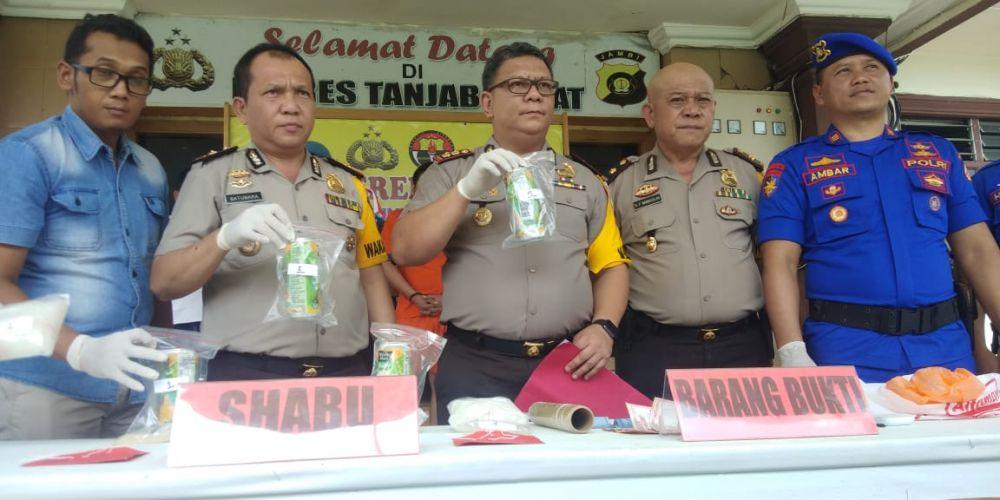 Polisi memperlihatkan barang bukti sabu cair