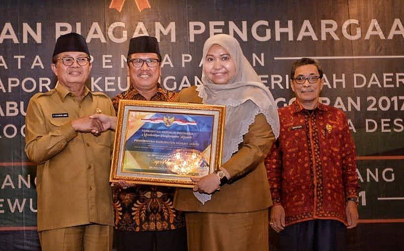 Bupati Masnah menerima opini WTP langsung dari BPK RI.
