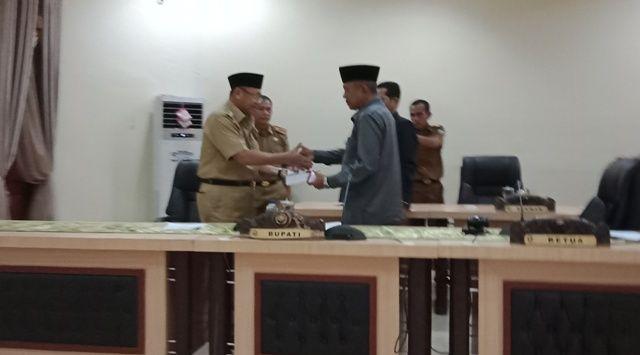Bupati H Cek Endra menyerahkan rancangan KUA dan PPAS APBD 2019 kepada Ketua DPRD H Muhammad Syaihu dan disaksikan Waka Amir Mahmud