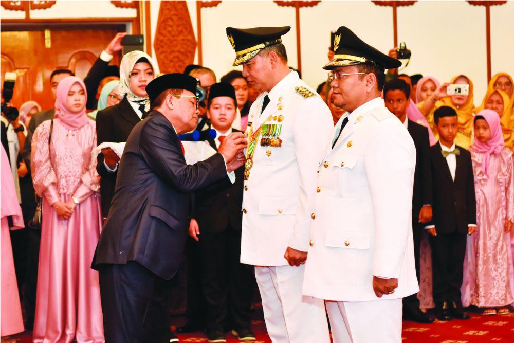 Fahrori Memasang Pin Pada Walikota Jambi Fasha