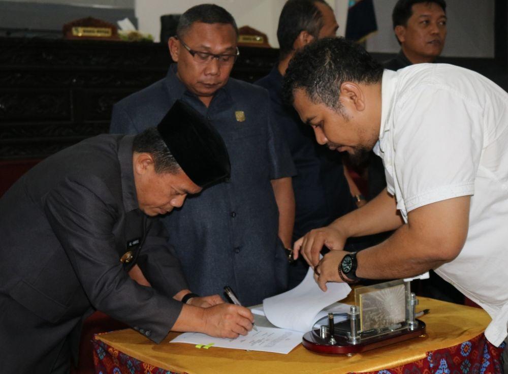 Bupati dengan Ketua DPRD Tandatangani