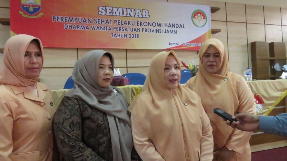 Ketua DWP Saat Diwawancara Usai Seminar Perempuan Sehat Pelaku Ekonomi Handal