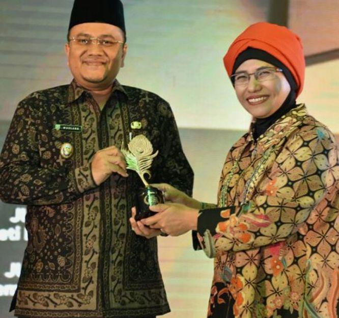 Wakil Walikota Jambi DR dr H Maulana MKM menerima penghargaan dari Asisten Deputi Pengembangan Pemasaran Kementerian Pariwisata RI, Masruroh S.Sos MAB