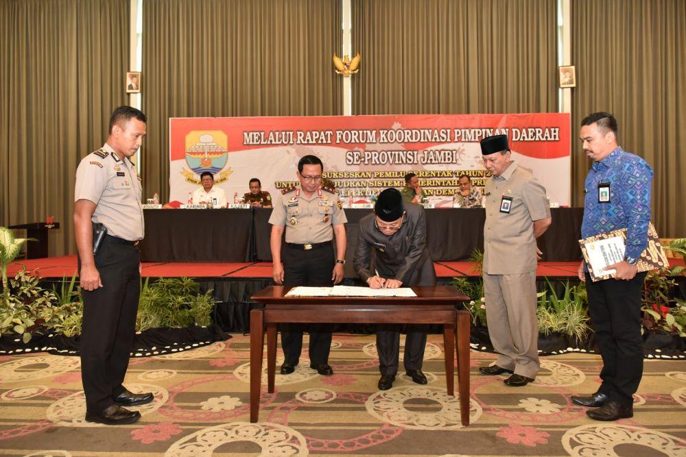Plt Gubernur Fachrori Saat Menandatangan Kerjsama Untuk mensukseskan Pemilu 2019