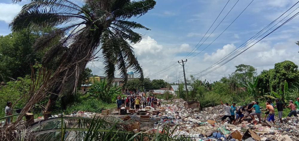 Warga 4 Kelurahan di Kecamatan Alam Barajo Kota Jambi  Blokir Jalan TB Sriwijaya. kesal kerana sampah menumpuk.