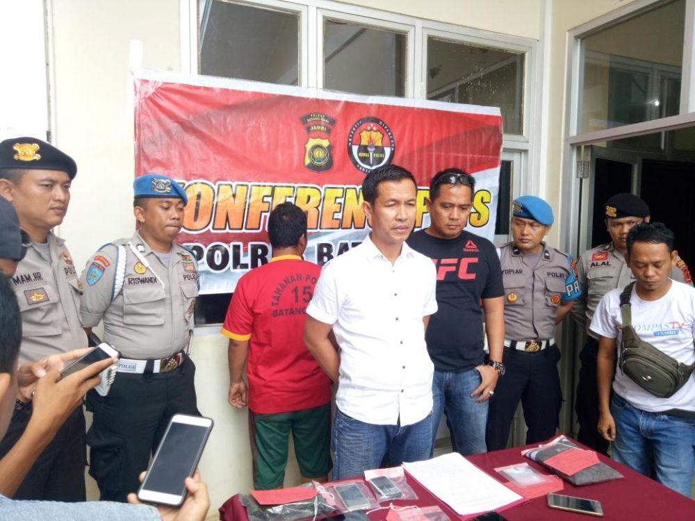 Polisi Menunjukan Barang Bukti Narkoba dan Pemgunanya