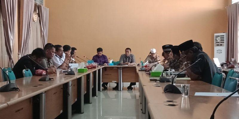 Wakil Ketua DPRD, H Hapis Hasbiallah SE memimpin jalannya hearing anggota DPRD bersama Komisoner KPU Sarolangun
