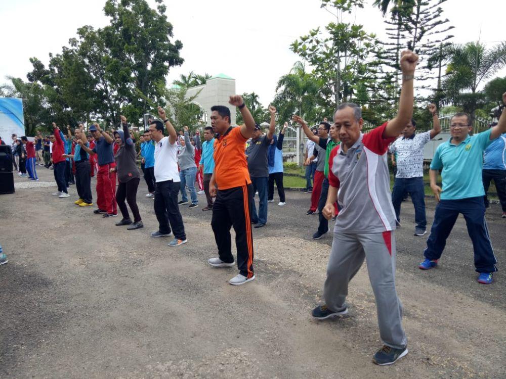 Wabup, Sekda dan Kejari Senam bersama di halaman kantor Kejari Sengeti.