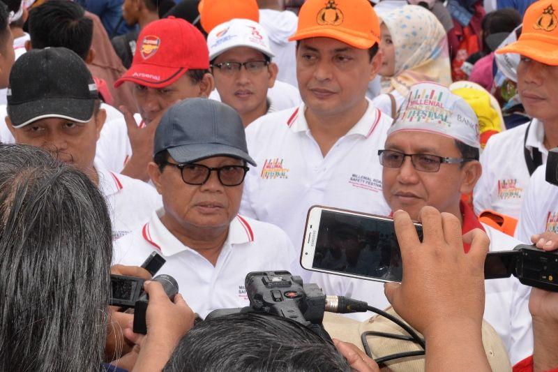 Gubernur Jambi, H.Fachrori Umar didampingi Kapolda Jambi, Irjen Pol. Muchlis saat wawancara usai acara Millennial Road Safety Festival.