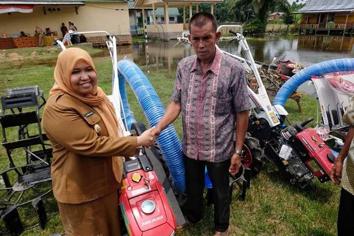 Bupati Masnah menyerahkan bantuan alat pertanian