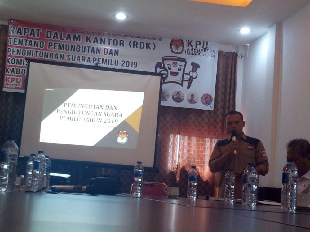 Komisioner KPU Memberikan Penjelasan