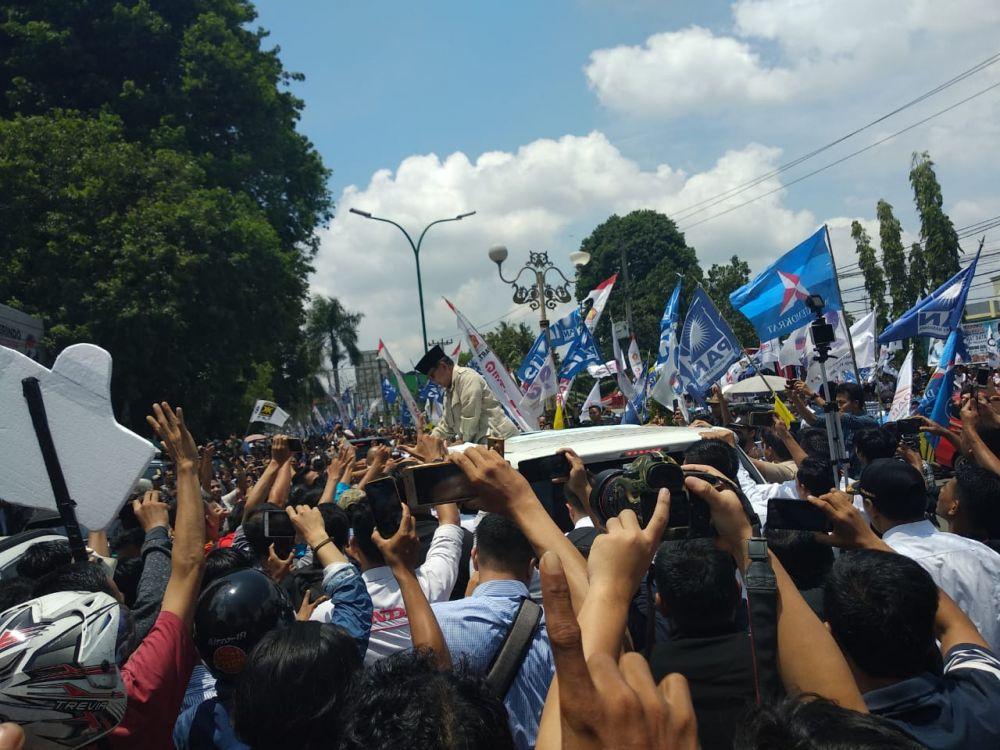 Warga menyemut menyambut kedatangan calon presiden 02 Prabowo Subianto