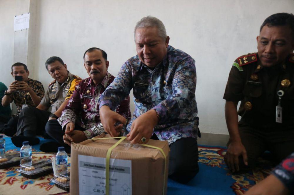 Bupati Safrial membuka kotak surat suara