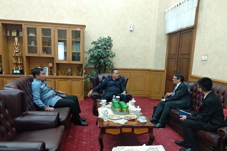Pimpinan DPRD Provinsi Jambi menerima kunjungan Counsul Jenderal Singapura untuk Indonesia (di Medan) Richard Grosse di gedung DPRD Provinsi Jambi.