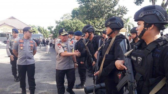 Kapolda Jambi Irjen Pol Muchlis AS saat menyalami personel yang akan diberangkatkan ke daerah dalam rangka back up pengamanan TPS Pemilu 2019