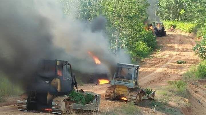 Alat berat milik PT LAJ yang dibakar warga
