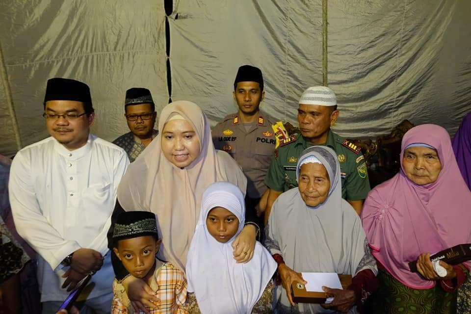 Bupati Masnah beserat suami foto bersama anak yatim usai memberi santunan