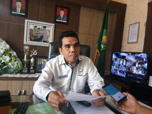 Kepala Kemenag Sarolangun saat diwawancarai di ruang kerjanya