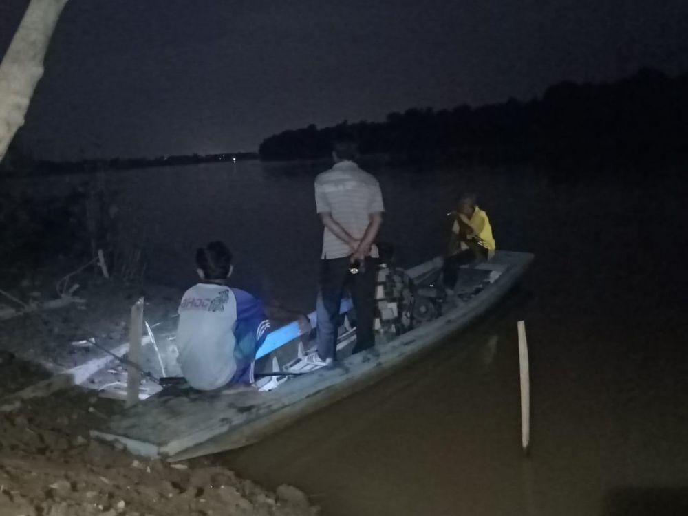 Warga dibantu petugas BPBD melakukan pencarian Plt Lurah Teratai yang tenggelam bersama keponakan