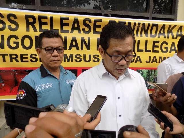 Dir Krimsus Polda Jambi ketika mengelar jumpa pers terkait penangkapan pemodal minyak ilegal di Batanghari