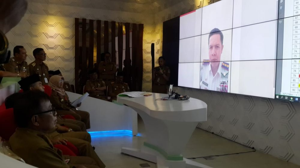 Walikota  Fasha mengecek Absen ASN secara On line