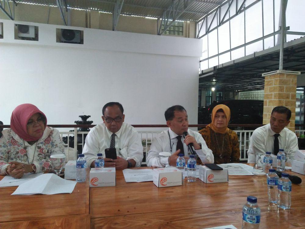 Direktur Utama Bank Jambi, M Yani bersama Komisaris Bank Jambi dan jajaran direksi saat menggelar jumpa pers di Kantor Bank Jambi, Selasa (3/4). (Radar Jambi/Endang Haryanto).