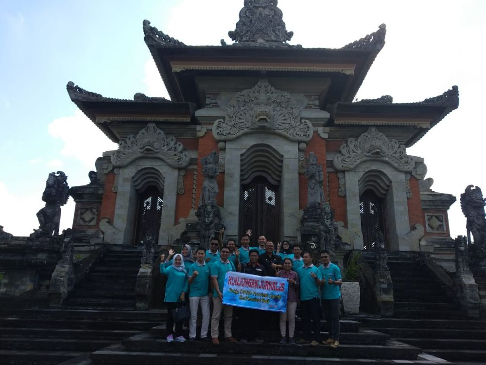 Sekretariat DPRD Provinsi Jambi bersama Kelompok Kerja (Pokja) Jurnalis liputan DPRD Provinsi Jambi berkunjung ke Sekretariat DPRD Provinsi Bali , dipimpin langsung oleh Kasubag Humas dan Protokol Sekretariat DPRD Provinsi Jambi, H. Darmadi dan Kasubag Perencanaan Sekretariat DPRD Provinsi Jambi, Achyar.