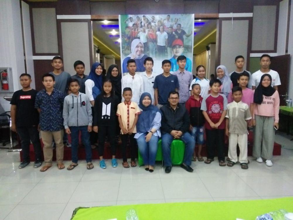 Bupati Masnah Foto Bersama Atlet PBSI Muaro Jambi Usai Pemberian Bonus
