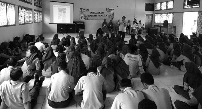 KPUD Batanghari Saat Mengadakan Sosialisasi Kepada Pemilih Pemula di SMA Negeri 1 Batanghari