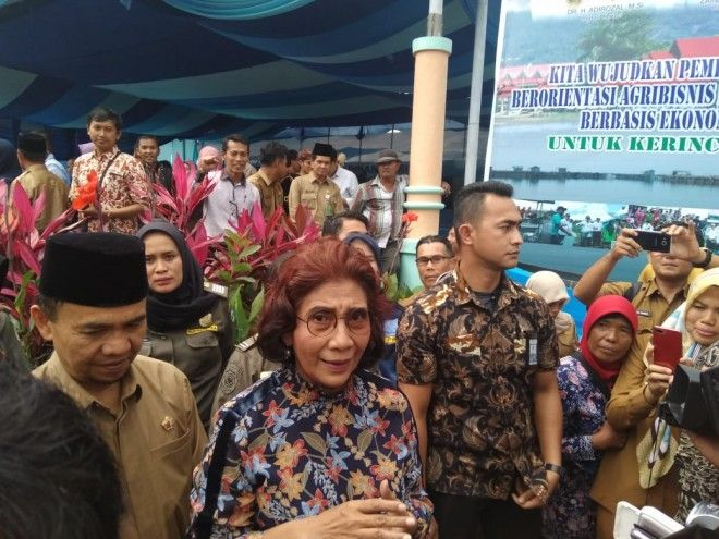 Menti Perikanan dan Kelautan RI Susi Puji Astuti memberikan keterangan pers dakan lawatannya ke Kabupaten Kerinci