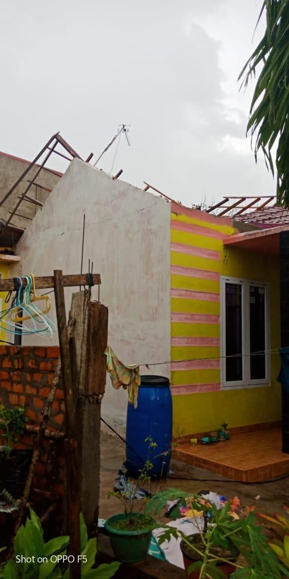Salah satu atap rumah warga yang terlepas akibat Puting Beling yang melanda Kota Jambi minggu sore kemarin