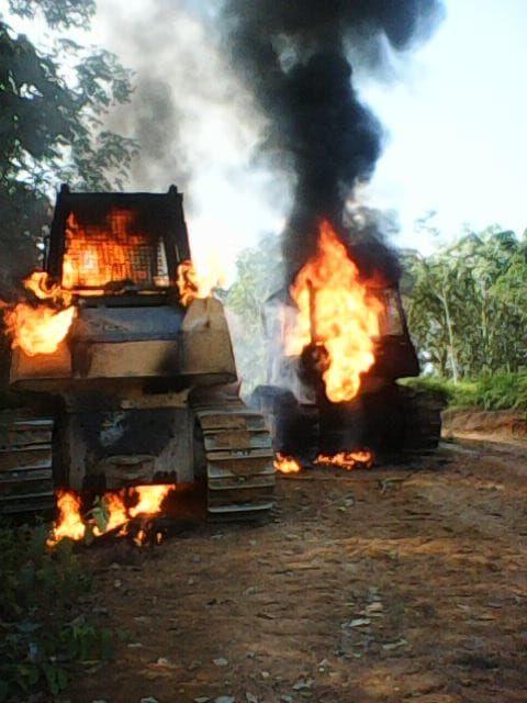 Alat berat yang dibakar warga