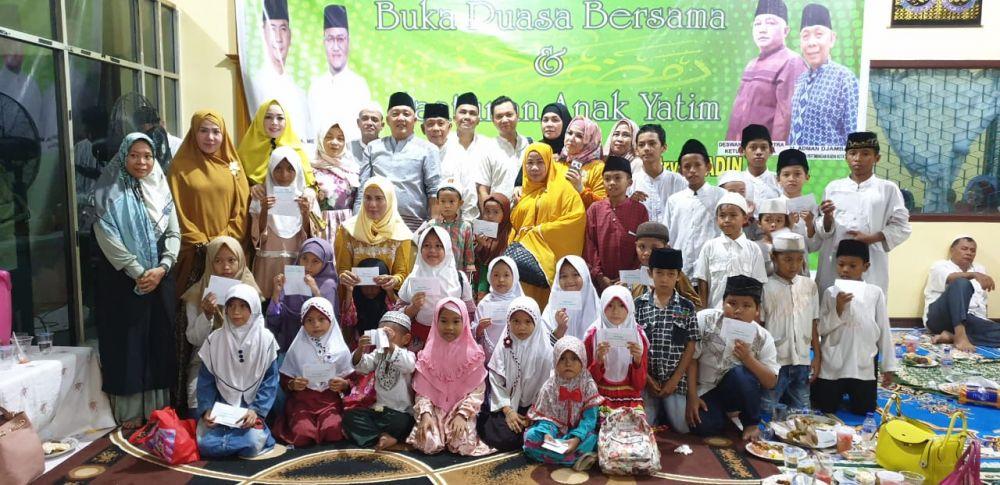 Perwakilan Kadin Kota Jambi saat foto bersama anak yatim usai menggelar buka bersama
