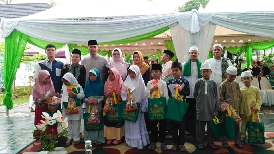 Walikota foto bersama anak yatim dan kaum dhuafa